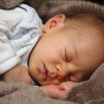 Bébé endormi dans une couverture douce et marron