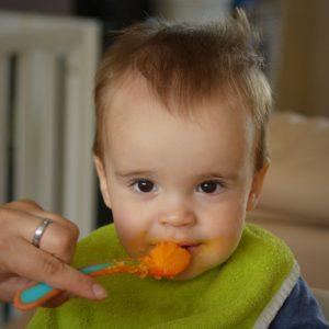 Enfant mangeant une purée lors de la diversification alimentaire