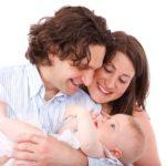 Une couple chante une comptine pour Bébé