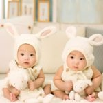 Des jumeaux attentifs et assis