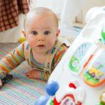 Bébé et des jeux chez nounou dans une crèche
