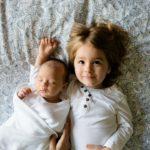 Photo de bébé et sa grande soeur