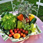 Un panier garni de fruits et légumes à nettoyer