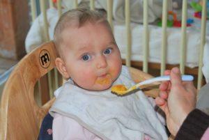 Bébé mangeant de la purée pour la diversification