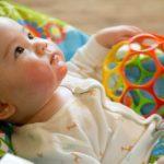 Bébé qui joue à la crèche