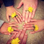 Une photo de famille avec des mains et des fleurs