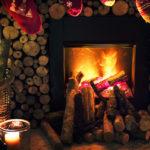 Des pantoufles et chaussettes de noel suspendues à la cheminées