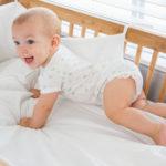 Bébé sourit dans son lit