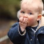 L'enfant aime porter les choses à sa bouche
