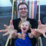 Une fille et son père s'amusent et rigolent ensemble