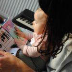 Des gazouillis puis des mots dans le développement de la communication de bébé